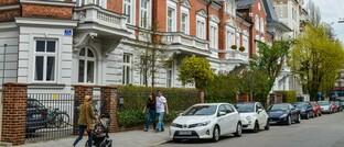 Straßenszene in München: Für Wohnimmobilien sehen Experten nicht ganz so schwarz wie für Büroimmobilien.