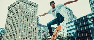 Skateboarder: Insbesondere junge Menschen sollen von sehr flexiblen Anpassungsmöglichkeiten ihrer BU-Police über die gesamte Laufzeit profitieren.