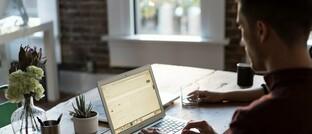 Angestellter im Homeoffice: Zwei Drittel der Kunden von Krankenversicherungen wünschen sich eine kostenlose Corona-Hotline.