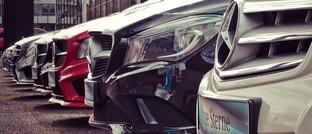 Vorm Autohaus: Während ihr Fuhrpark meist gut versichert ist, vernachlässigen viele Chefs kleiner und mittelständischer Unternehmen Versicherungen gegen unverschuldete vorübergehende Schließungen.