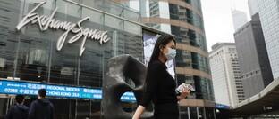 Passantin auf dem Börsenplatz in Hongkong: Die Corona-Pandemie hat für Kursverluste gesorgt