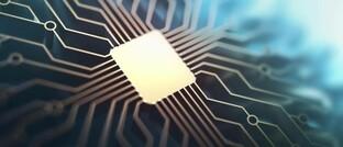 Schaltkreise auf einem Mikrochip: Durch die derzeit verstärkte Nachfrage nach digitalen Dienstleistungen könnte sich die digitale Transformation beschleunigen.
