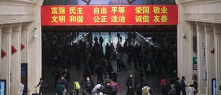 Wieder reges Treiben im Hauptbahnhof von Wuhan