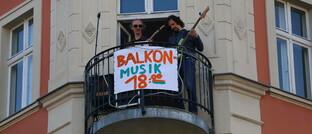 Berliner Musiker geben während der Corona-Pandemie ein Balkon-Konzert: Viele Menschen nehmen offenbar die Krise zum Anlass, Geld am Kapitalmarkt zu investieren.