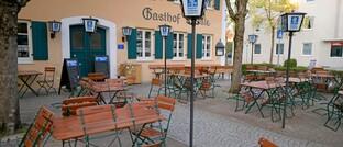 Verwaister Biergarten im bayerischen Bad Wörishofen: Vielen Unternehmen, darunter Gaststätten, haben in der Corona-Krise Geschäftsausfälle.