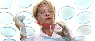 Laborantin in einer Klinik: Wer von der Innovationskraft und Leistungsfähigkeit wissenschaftlicher Forschung überzeugt ist, kann über Investments in den Gesundheitssektor nachdenken.