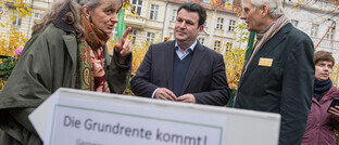 Bundesarbeitsminister Hubertus Heil (Mitte) von der SPD wirbt für die Grundrente: Die ab dem kommenden Jahr geplante Mindestrente für Geringverdiener soll unter anderem über die Finanztransaktionssteuer finanziert werden. Doch darüber herrscht nun wieder einmal Streit, berichtet finanzen.de.