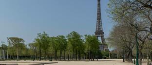 Menschenleeres Marsfeld in Paris mit dem Eiffelturm: Frankreich, Spanien und Italien leiden massiv unter dem Einbruch des Tourismus.