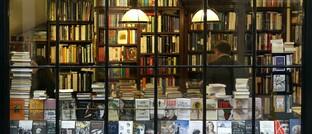 Buchhandlung: Einzelhandelsläden für Waren, die nicht als Lebensmittel gelten, dürfen ab Montag wieder öffnen. Hierbei gelten jedoch strenge Hygiene-Auflagen sowie eine Grenze von höchstens 800 Quadratmetern Verkaufsfläche.