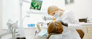 Zahnärztin: Bei der Entscheidung für eine PKV ist der angebotene Leistungsumfang maßgeblich. Das zeigt eine aktuelle Umfrage.