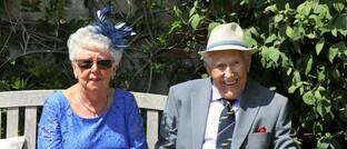 Senioren auf einer Parkbank: Über 60-Jährige werden in zehn Jahren zur größten und wichtigsten Zielgruppe der Versicherer, so die Oliver-Wyman-Studie.