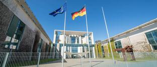 Bundeskanzleramt in Berlin: Die Bundesregierung hat eine Kleine Anfrage der Grünen zur Bafin-Aufsicht für 34f-Vermittler beantwortet.