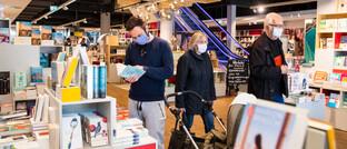 Konsumenten in Berlin: Seit dem 22. April 2020 haben viele Einzelhändler wieder geöffnet.