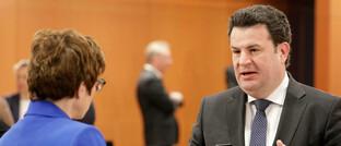 Arbeitsminister Hubertus Heil (SPD) mit Verteidigungsministerin Annegret Kramp-Karrenbauer (CDU) vor der Kabinettssitzung am Mittwoch: In der Sitzung wurde unter anderem die Erhöhung gesetzlicher Renten ab Juli beschlossen.