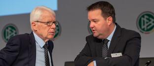 DFB-Schatzmeister Stephan Osnabrügge (re.) spricht im September 2019 mit dem damaligen DFB-Vizepräsidenten Reinhard Rauball: Aufgrund der Corona-Krise erwartet Osnabrügge trotz Ausfallversicherung ein Haushaltsdefizit von rund 50 Millionen Euro