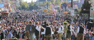 Gedränge auf dem Oktoberfest 2019: Für dieses Jahr wurde die Veranstaltung abgesagt, die meisten Wiesn-Wirte sind allerdings gegen einen Ausfall versichert.