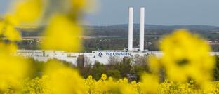 Volkswagenwerk in Zwickau: Der Autobauer fährt die Produktion am Standort Zwickau zunächst im Ein-Schicht-Betrieb und mit nur Teilen der Belegschaft hoch.