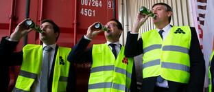 AB-Inbev-Werksleiter Alexander Soenen, Bob Van de Vondel vom Logistikdienstleister Katoen Natie und Flanderns Ministerpräsident Jan Jambon trinken Bier: Die neue Anleihe von Anheuser-Busch InBev war vierfach überzeichnet.