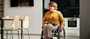 Rollstuhlfahrerin: Die durchschnittliche Höhe der bis zum Eintritt in die Altersrente gezahlten Erwerbsminderungsrenten betrug zum 1. Juli vorigen Jahres 827 Euro pro Monat. Die Renten der Männer (818 Euro) liegen dabei unter denen der Frauen (835).