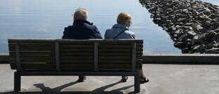 Älteres Paar auf einer Bank: Die Bafin hat Informationen zum Thema Ruhestand in einem PDF zusammengetragen.