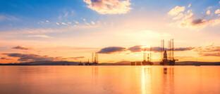 Ölbohrinsel vor Schottland: Das Ungleichgewicht zwischen Öl-Angebot und -Nachfrage könnte sich bald wieder einrenken, glaubt Norbert Hagen von der ICM Investmentbank.