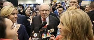 Starinvestor Warren Buffett auf der Hauptversammlung seines Unternehmens Berkshire Hathaway: Dessen Aktie ist im Aviva-Fonds um 5,9 Prozentpunkte übergewichtet und damit die zweitgrößte Wette.