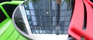 Das Logo der Deutschen Bank spiegelt sich auf dem Tisch eines Cafés in Frankfurt: Die Deutsche-Bank-Tochter DWS ist bei hiesigen Fonds-Selekteuren eine besonders beliebte Marke.