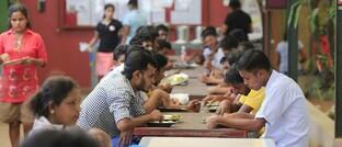 Kostenfreies Mittagessen ist Bestandteil des Lohnes in einer Textilfabrik in Colombo, Sri Lanka: Die Berücksichtigung von Nachhaltigkeitstrends zahlt sich in der Kapitalanlage aus.