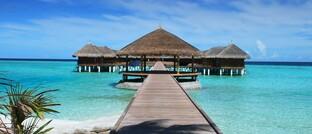 Bungalows an einem Südsee-Strand: Als Sparziel steht Urlaub höher im Kurs als die Altersvorsorge.