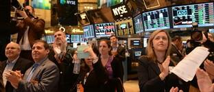 Applaus von Gästen und Tradern an der Börse New York: Die Nasdaq-Indizes haben erstmals in ihrer Geschichte die Marke von 10.000 Punkten durchbrochen.