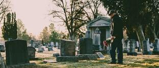 Friedhof: Sterbegeldversicherungen sollen die Hinterbliebenen vor den Kosten eines Trauerfalls schützen. Vor allem die Spezial-Anbieter in diesem Geschäftsfeld treiben einer Studie zufolge besonders viel Marketing.