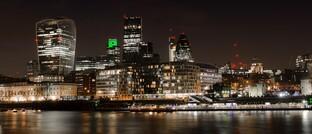Londoner City bei Nacht: Bei Künstlicher Intelligenz sollen die Entscheidungs- und Lernwege in der Finanzwirtschaft nicht im Dunkeln bleiben.