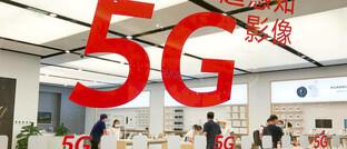 Verkaufsfläche für High End-Smartphones In Peking: Beim 5G-Standard liefern sich China und die USA ein knappes Rennen, bei dem die USA um wenige Monate hinterherhinken.