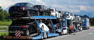 Autotransporter mit Neuwagen: Auch wenn die meisten Unternehmen ihre Bilanzen reparieren müssen – neue Kaufgelegenheiten wird es geben. Nach Meinung von Bus, Verberk und Stuttard beispielsweise im Automobilsektor.