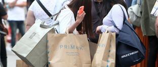 Jugendliche beim Einkaufen in Saarbrücken