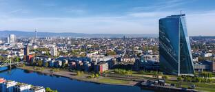 Frankfurter Skyline mit dem Wolkenkratzer der EZB: Die Währungshüter kaufen verstärkt Anleihen