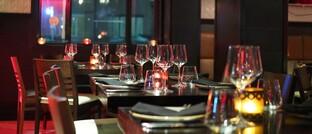 Leere Tische: Zum Schutz vor der Covid-19-Pandemie durften Restaurants, Kneipen und Cafés in Deutschland ihre Ladenlokale zwar wochenlang nicht für Gäste öffnen. Doch der Außer-Haus-Verkauf war weiterhin möglich.