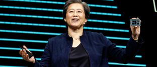 AMD-Chefin Lisa Su mit dem neuen 64-Kern-Prozessor Threadripper 3990WX: Das Unternehmen hat im Wettstreit mit Intel derzeit klar die Nase vorn.