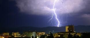 Blitzeinschlag: Check24-Kunden erhalten bei einer Unwetterwarnung des Deutschen Wetterdienstes an ihrem Wohnort wahlweise eine kostenlose SMS. So können sie rechtzeitig Geräte vom Strom trennen, Fenster schließen oder Gartenmöbel in die Garage stellen, um einen Unwetterschaden zu vermeiden.
