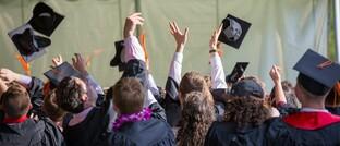 Akademische Nachwuchskräfte: Arbeitgeber können Jobstarter mit betrieblichen Versicherungen stärker an sich binden.