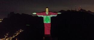 Dronenfoto der Christusstatue im Süden der brasilianischen Millionenstadt Rio de Janeiro: Auf die 30 Meter hohe Statue ist die Flagge des Libanons projiziert, um den Opfern der Explosion mit mehr als 100 Toten und mehreren Tausend Verletzten in Beirut zu gedenken.