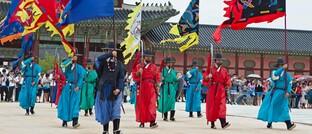 Traditioneller Wachwechsel im zukunftsgerichteten Seoul