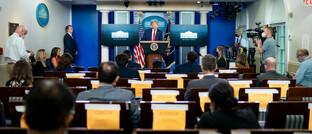 US-Präsident Donald Trump gibt im Weißen Haus Neuigkeiten zur Corona-Pandemie bekannt: Devisenhändler sind der Meinung, dass Europa die Krankheit besser im Griff hat als die USA