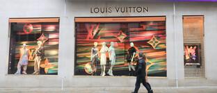 Passanten vor einem Louis-Vuitton-Geschäft in London: Was ein Provisionsverbot für den Finanzvertrieb bedeutet, zeigt sich in Großbritannien.