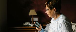 Patientin spricht über Videochat mit ihrer Ärztin: Telemedizin könnte eine bedeutende Rolle in der Gesundheitsversorgung einnehmen, sagen die Experten von Credit Suisse Asset Management.