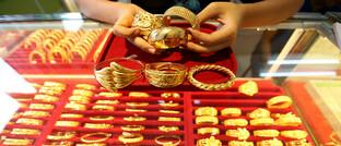 Goldschmuck bei einem Juwelier in Myanmar: Der Goldpreis erklimmt in diesem Jahr neue Höhen