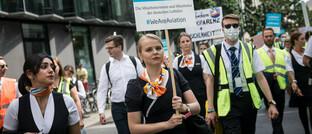 Proteste von Luftfahrt-Angestellten für mehr Staatshilfe: Wirtschaftsexperten wie Robert Halver befürchten eine dauerhafte Staatswirtschaft
