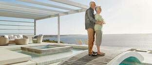 Ein Rentnerpaar genießt die Aussicht auf der Terrasse einer Strand-Villa: Ein älteres Ehepaar soll mit Reiserücktrittsversicherungen mehr als 90.000 Euro ergaunert haben.