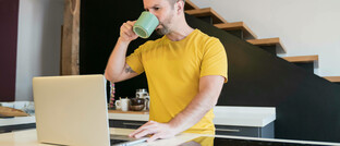 Mann im Homeoffice am Küchentresen. Die Mehrheit der Mitarbeiter von Versicherungen arbeitet trotz gelockerter Kontaktbeschränken von zuhause aus, heißt es in einer aktuellen Umfrage der Versicherungsforen Leipzig.