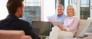 Vor der Corona-Krise: Ehepaar im Gespräch mit einem Versicherungsvermittler